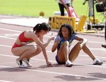 Jurnee Woodward und Tianlu Lan nach den 400-Meter-Hürden in der Meisterschaft IAAF-Weltu20 in Tampere, Finnland am 11. Juli 2018 lizenzfreies stockbild