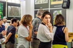 Jury som gör ett beslut om krukmakeristriden på symposiet royaltyfri fotografi