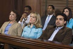 Jurymedlemmar som sitter i rättssal under försök Royaltyfri Fotografi