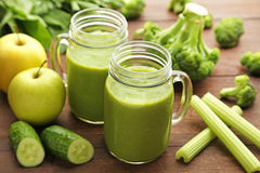 Jus avec le brocoli, le céleri et le concombre Photographie stock libre de droits