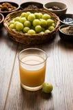Jus d'Amla ou d'avla, conserves au vinaigre, supari, murabba, chyawanprash Photos stock