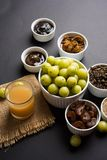 Jus d'Amla ou d'avla, conserves au vinaigre, supari, murabba, chyawanprash Photo stock