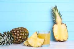 Jus d'ananas frais dans le verre avec l'ananas image stock
