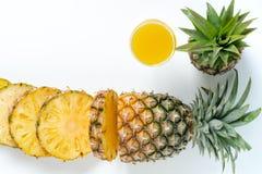 Jus d'ananas d'isolement sur le blanc photo stock