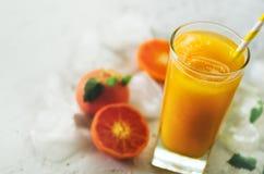 Jus d'orange avec de la glace et des mandarines sur le fond blanc L'espace libre pour votre texte Copyspace Boisson froide pour c Images stock