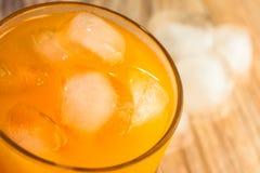 Jus d'orange avec de la glace photographie stock libre de droits