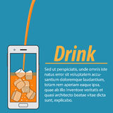 Jus d'orange avec des glaçons dans le téléphone Image stock