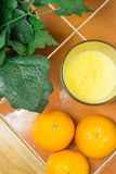 Jus d'orange avec des oranges image stock
