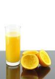 Jus d'orange avec la part de compression. images stock