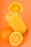 Jus d'orange avec la part de l'orange Photo stock