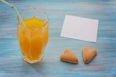 Jus d'orange, coeurs et une feuille de papier Photo libre de droits
