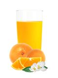 Jus d'orange dans le fruit en verre et orange d'isolement sur le blanc Photos stock