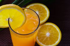 Jus d'orange dans un verre avec de la glace Image stock