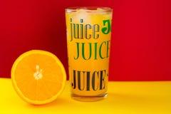 Jus d'orange dans une glace photographie stock libre de droits