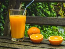 Jus d'orange in de tuin, zoete natuurlijke verfrissing, in openlucht, dicht omhooggaand, gezond levensstijlconcept royalty-vrije stock foto
