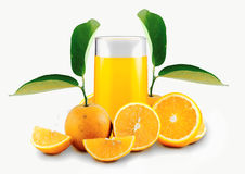 jus d'orange door sinaasappelen wordt omringd die Royalty-vrije Stock Foto