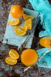 Jus d'orange in een glas en stukken Royalty-vrije Stock Afbeeldingen