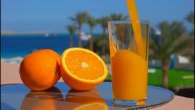 Jus d'orange in een glas wordt gegoten dat stock videobeelden