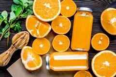 Jus d'orange en bouteille avec des tranches et menthe sur la vue supérieure de table Photo stock