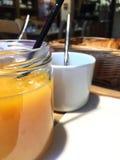 Jus d'orange en koffie voor ontbijt Stock Foto's