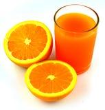 Jus d'orange en plakken van sinaasappel  stock afbeelding