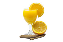 Jus d'orange en plakken van sinaasappel op wit wordt geïsoleerd dat stock afbeelding