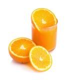 Jus d'orange en plakken van sinaasappel op wit wordt geïsoleerd dat Stock Afbeeldingen