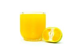 Jus d'orange en plakken van sinaasappel op witte achtergrond wordt geïsoleerd die stock afbeeldingen