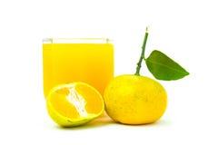 Jus d'orange en plakken van sinaasappel op witte achtergrond wordt geïsoleerd die stock afbeelding
