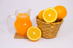 Jus d'orange en sinaasappel op witte achtergrond Royalty-vrije Stock Foto's