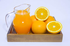 Jus d'orange en sinaasappel op witte achtergrond Stock Foto's