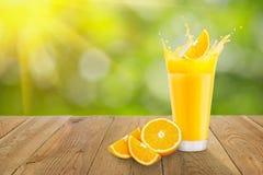Jus d'orange en verre sur la table Photographie stock libre de droits