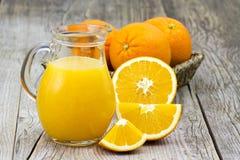 Jus d'orange en verse vruchten royalty-vrije stock foto
