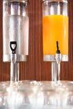 Jus d'orange en water in waterkoeler Stock Afbeeldingen