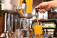 Jus d'orange en water in waterkoeler Stock Foto