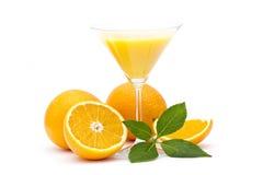 Jus d'orange et des fruits frais Photographie stock libre de droits