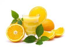 Jus d'orange et des fruits frais Photographie stock