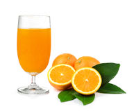 Jus d'orange et orange d'isolement sur le fond blanc Photos stock