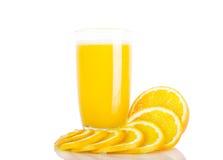 Jus d'orange et parts d'orange Images stock