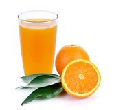 Jus d'orange et parts d'orange photo stock