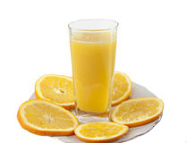 Jus d'orange et tranches d'orange d'isolement sur le blanc Photos libres de droits