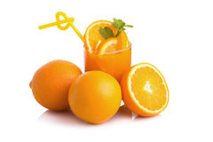 Jus d'orange et tranches d'orange d'isolement sur le blanc Photographie stock libre de droits