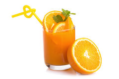 Jus d'orange et tranches d'orange d'isolement sur le blanc Photos stock