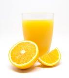 Jus d'orange et tranches oranges d'isolement sur le fond blanc Photos libres de droits