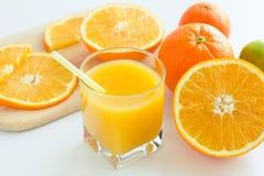 Jus d'orange frais dans le verre avec le tubule sur le backgro blanc Photo stock