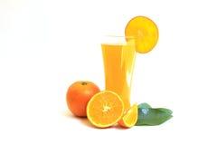 Jus d'orange in glas en plakken op wit Royalty-vrije Stock Foto