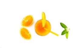 Jus d'orange met munt en plakken van verse oranje hoogste mening over witte achtergrond Stock Foto's