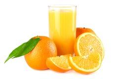jus d'orange met oranje en groen blad op witte achtergrond sap in glas Royalty-vrije Stock Fotografie