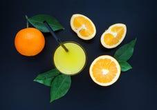 Jus d'orange op een zwarte achtergrond Royalty-vrije Stock Afbeelding