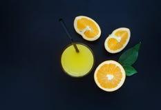 Jus d'orange op een zwarte achtergrond Royalty-vrije Stock Foto